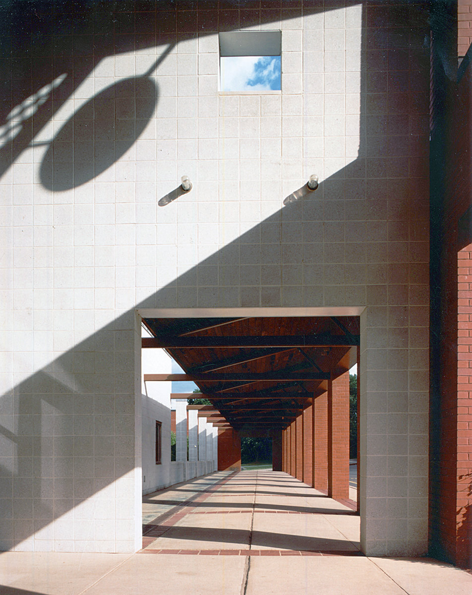 7 tskp middlebury middlebury elementary school exterior detail of the aisle with openings for natural light copy 1400 xxx q85